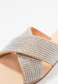 Forever New - CROSS VAMP STRAP  - Pantolette flach - silver - 2
