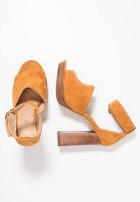 Forever New - DELTA PLATFORM - Sandali con tacco - ochre - 3