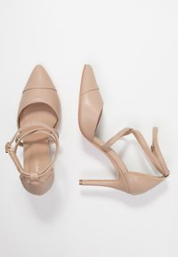 Forever New - EMILY POINTED CROSS STRAP COURT - Zapatos altos - nude - 3