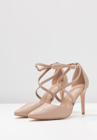 Forever New - EMILY POINTED CROSS STRAP COURT - Zapatos altos - nude - 4