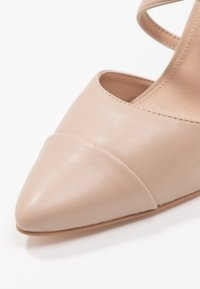 Forever New - EMILY POINTED CROSS STRAP COURT - Zapatos altos - nude - 2
