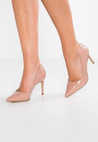 Forever New - DIEGO STILLETTO POINTED COURT SHOE - Zapatos altos - nude - 0