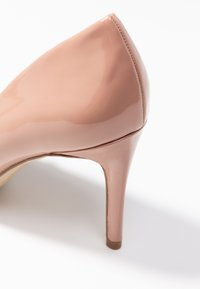 Forever New - DIEGO STILLETTO POINTED COURT SHOE - Zapatos altos - nude - 2