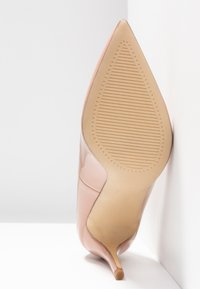 Forever New - DIEGO STILLETTO POINTED COURT SHOE - Zapatos altos - nude - 6
