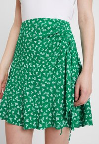 Forever New - LIBBY RUCHED MINI SKIRT - Jupe trapèze - green - 4
