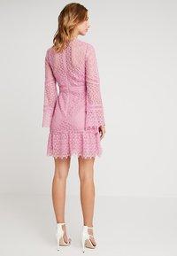 Forever New - GEO FLIPPY DRESS - Cocktailkjole - pop pink - 3