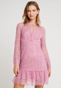 Forever New - GEO FLIPPY DRESS - Cocktailkjole - pop pink - 0