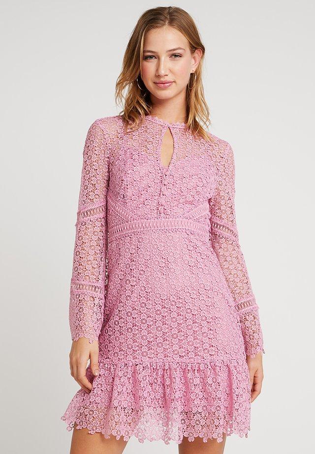 GEO FLIPPY DRESS - Cocktailklänning - pop pink