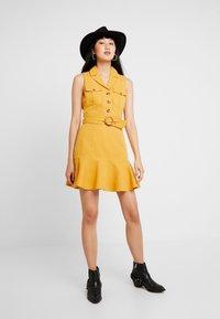 Forever New - FLIPPY UTILITY DRESS - Skjortklänning - ochre - 2