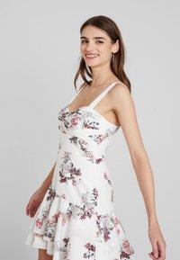 Forever New - HALTER FLIPPY HEM DRESS - Vapaa-ajan mekko - porcelain - 3
