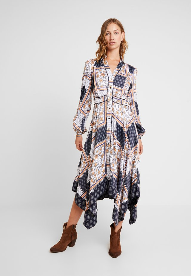AVERI SCARF PRINT DRESS - Maxikleid - sarasa