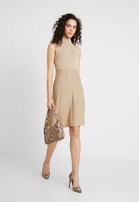 Forever New - FIT AND FLARE DRESS - Strikket kjole - camel - 2