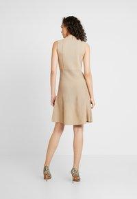 Forever New - FIT AND FLARE DRESS - Strikket kjole - camel - 3