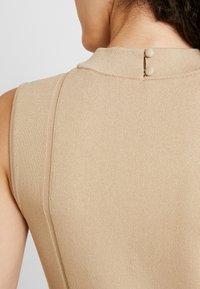 Forever New - FIT AND FLARE DRESS - Strikket kjole - camel - 6