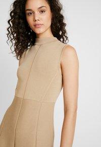 Forever New - FIT AND FLARE DRESS - Strikket kjole - camel - 4
