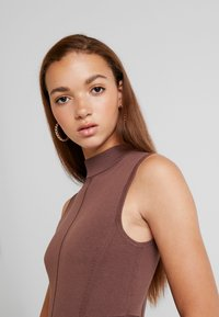 Forever New - FIT AND FLARE DRESS - Pletené šaty - chocolate - 6