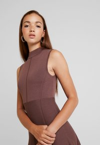 Forever New - FIT AND FLARE DRESS - Pletené šaty - chocolate - 4