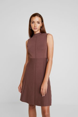 FIT AND FLARE DRESS - Strikket kjole - chocolate