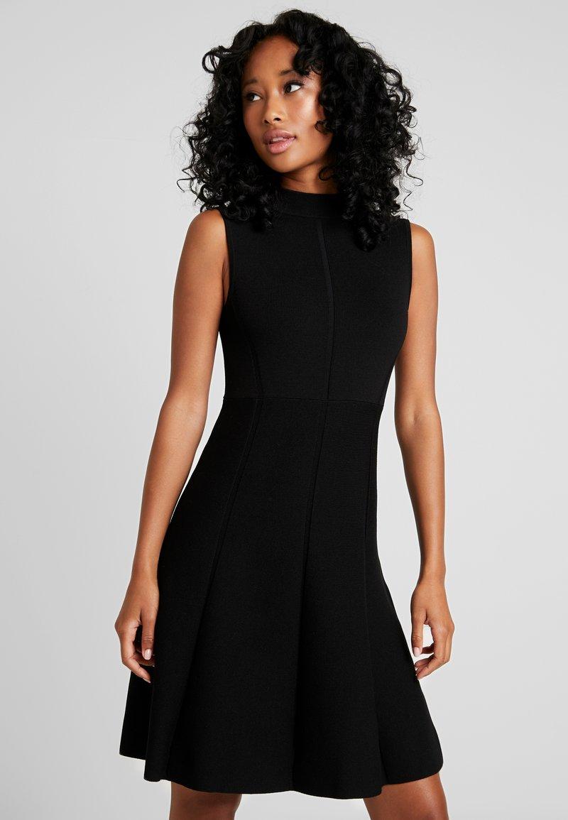 Forever New - FIT AND FLARE DRESS - Pletené šaty - black