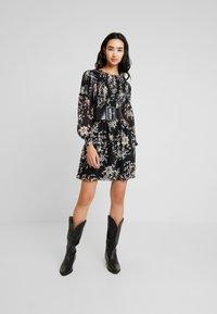 Forever New - JULIETTA SHIRRED MINI DRESS - Sukienka letnia - black - 2