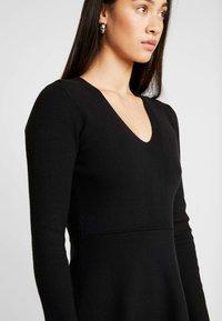 Forever New - CARRIE SKATER DRESS - Strikket kjole - black - 4