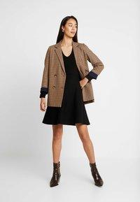 Forever New - CARRIE SKATER DRESS - Strikket kjole - black - 1