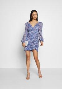 Forever New - TASSA FLORAL MINI - Vestido informal - blue floral - 1