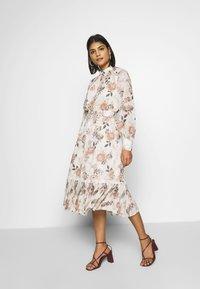 Forever New - PLEAT PANEL DAY DRESS - Vestido informal - multi-coloured - 1