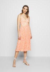 Forever New - MARLEY PLEATED MIDI DRESS - Sukienka letnia - apricot harvest botanical - 0