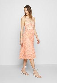 Forever New - MARLEY PLEATED MIDI DRESS - Sukienka letnia - apricot harvest botanical - 2