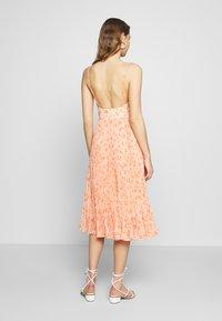 Forever New - MARLEY PLEATED MIDI DRESS - Sukienka letnia - apricot harvest botanical - 3