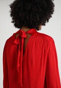 Forever New - KRISTINA HIGH NECK DRAPE BLOUSE - Blusa - symphony scarlet - 4