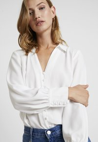 Forever New - BUTTON FRONT RELAXED BLOUSE - Blusa - porcelain - 5