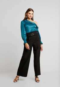 Forever New - KENDRA ASYMMETRICAL - Blusa - emerald - 1