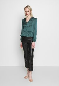 Forever New - DOROTHY PLUNGE BUTTON TOP - Bluser - deep teal - 1