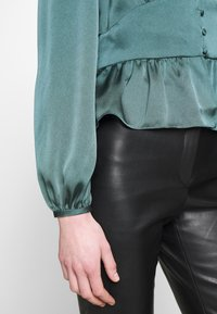 Forever New - DOROTHY PLUNGE BUTTON TOP - Bluser - deep teal - 4