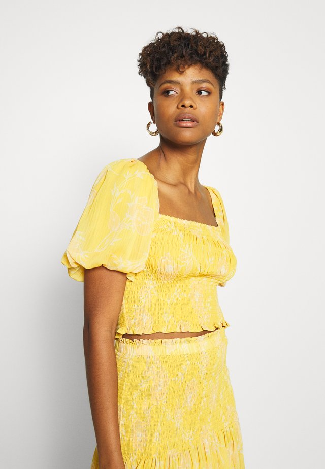 SHIRRED CROP - Bluzka - mustard