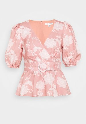 BELTED WRAP BLOUSE - Blus - coral linear spray