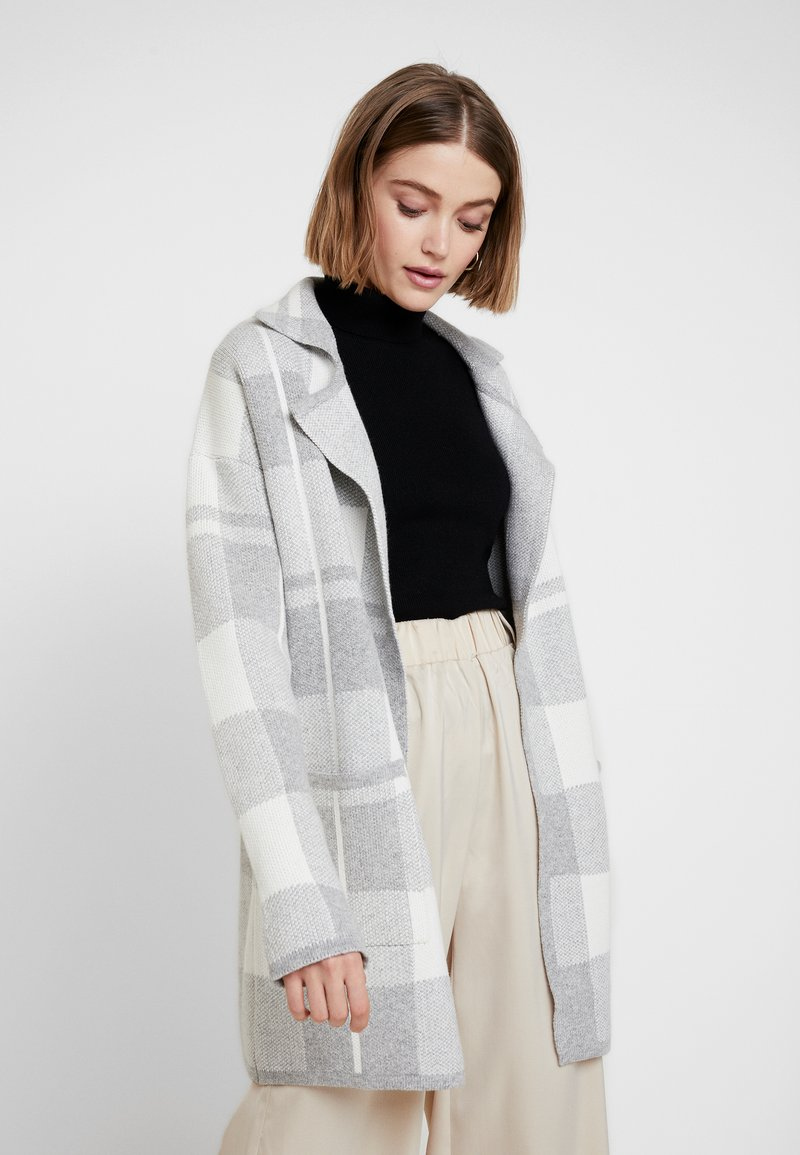 Forever New - BRIELLE CHECK - Strickjacke - iced grey/porcelain