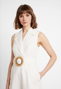 Forever New - BELTED PLAYSUIT - Haalari - porcelain - 5
