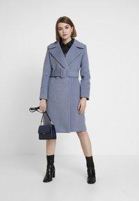 Forever New - BELLA WRAP COAT - Frakker / klassisk frakker - denim bluie - 1