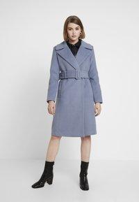 Forever New - BELLA WRAP COAT - Frakker / klassisk frakker - denim bluie - 0