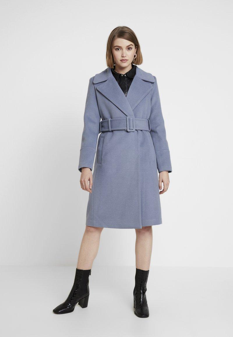 Forever New - BELLA WRAP COAT - Frakker / klassisk frakker - denim bluie