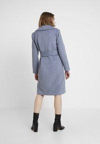 Forever New - BELLA WRAP COAT - Frakker / klassisk frakker - denim bluie - 2