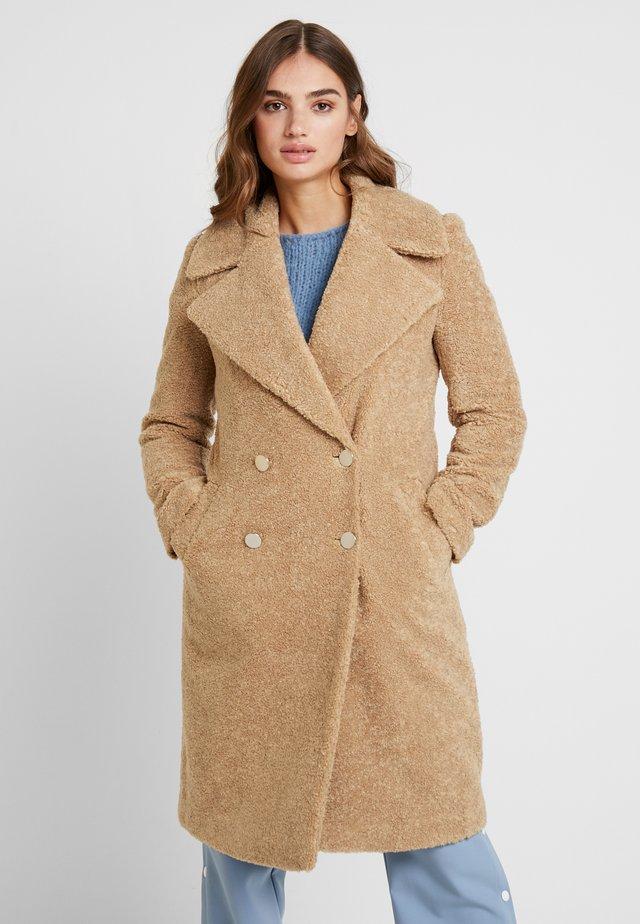 CARA LONG LINE BORG - Zimní kabát - caramel
