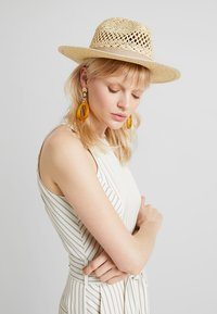 Forever New - CARA CUT OUT FEDORA HAT - Klobouk - natural/taupe - 1