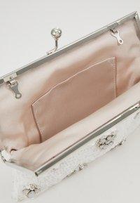 Forever New - BELLA EMBELLISHED FRAME - Pochette - iridescent white - 4