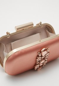 Forever New - ELIZABETH JEWELLED HARDCASE - Clutch - blush/copper - 3