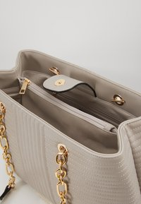 Forever New - CLARISSA CHAIN TOTE - Kabelka - grey - 4