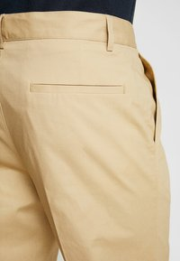 FoR - HARTLEY TAPERED FIT  - Chinos - stone - 5